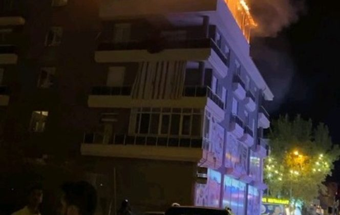 Alışveriş merkezinin çatısında yangın paniği