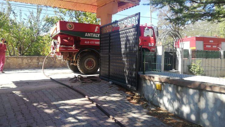 Antalya'da dubleks ev çıkan yangında küle döndü