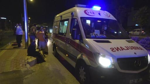 Antalya'da otomobil refüjü aşıp karşı şeride geçti: 2 yaralı