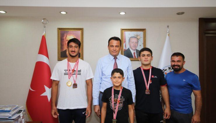 Başkan Ulutaş dereceye giren genç güreşçileri ödüllendirdi