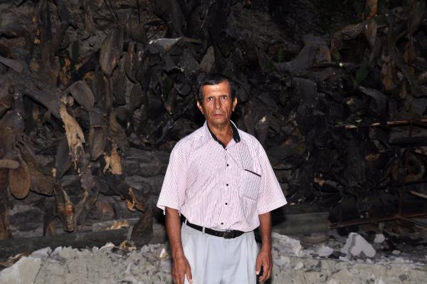 Büyük Manavgat yangınında küle dönen evi için türkü yaktı