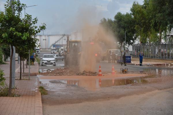 Doğalgaz ve su borusu patladı, büyük panik yaşandı