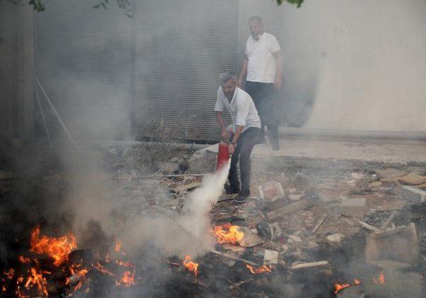 Ev bahçesinde ot çalılık yangını