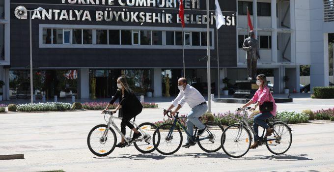 Farkındalık oluşturmak için işe bisikletle geldiler