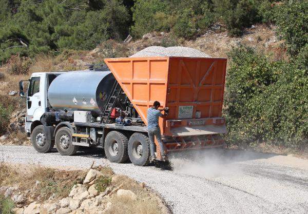 Finike'de asfalt çalışması devam ediyor
