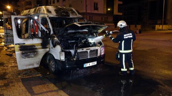 Halı yıkama firmasının minibüsü ve içindeki halılar küle döndü
