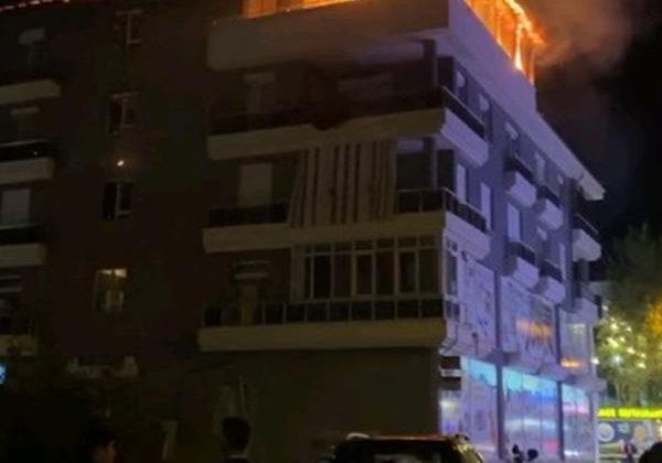 İş yerinin çatı katında yangın
