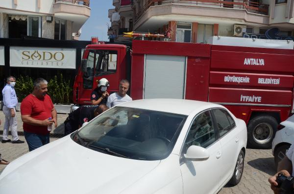 Kapıyı içeriden kilitleyince araçta mahsur kalan Samira, kurtarıldı