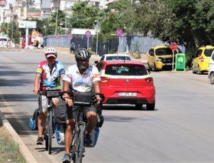 Karayolunun kenarına atılan kırık cam şişeler bisiklet tutkunlarını isyan ettirdi