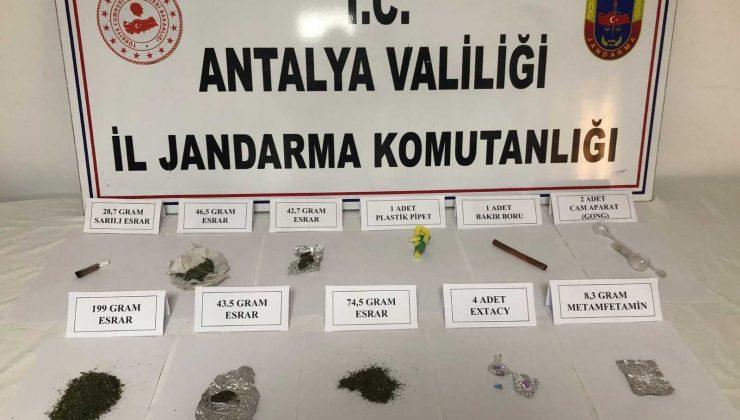 Kontrol noktasında durdurulan araçtan çok sayıda uyuşturucu madde çıktı