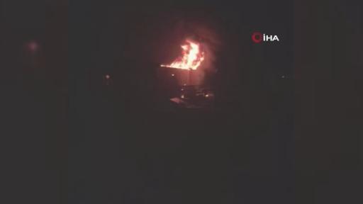 Lastikçide çıkan yangında 5 aracı alevlerin arasından çıkarttılar
