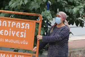 """Mahallede bulunan tabelayı aracına yükleyen hurdacıya şoku yaşatan teyze: """"Emanete sahip çıktım"""""""