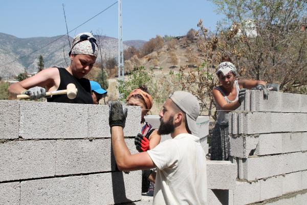 Manavgat'ta eline hiç mala almamış gönüllüler, duvar örüp inşaat yapıyor