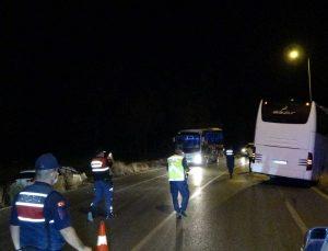 Manavgat'ta otomobil tur otobüsüne çarptı: 2 yaralı