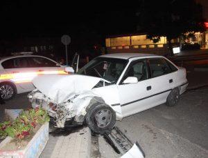 Manavgat'ta restorana girmesine ramak kalan otomobil, korku ve paniğe sebep oldu