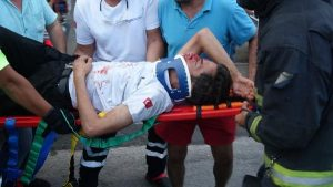Turizm otobüsü karşı şeride geçip iş yerine girdi: 3 yaralı