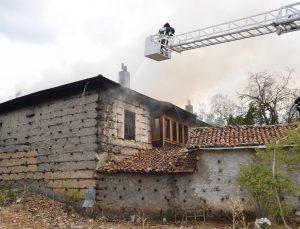 (ÖZEL) Antalya'da 150 yıllık 2 katlı tarihi düğmeli ev yandı