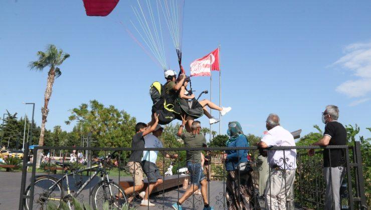 (Özel) Antalya'da paraşüt tutkunları sert rüzgarı ve yasağı dinlemedi
