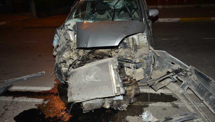 Park halindeki otobüse çarpan araç sürücüsü yaralandı