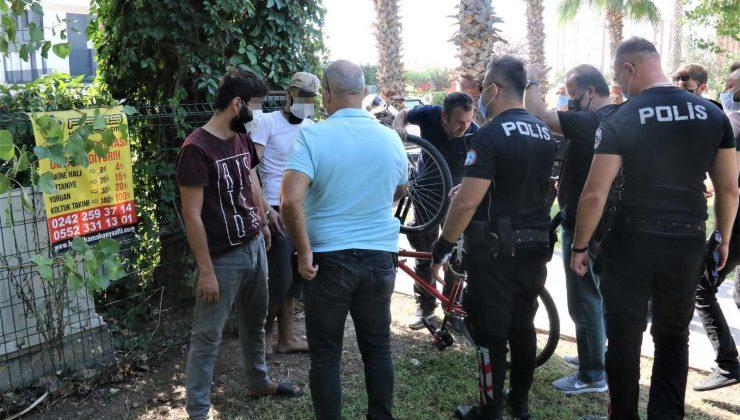 Rus kadının çantasını çaldılar, vatandaş peşlerine düşünce çantayı atıp kaçtılar