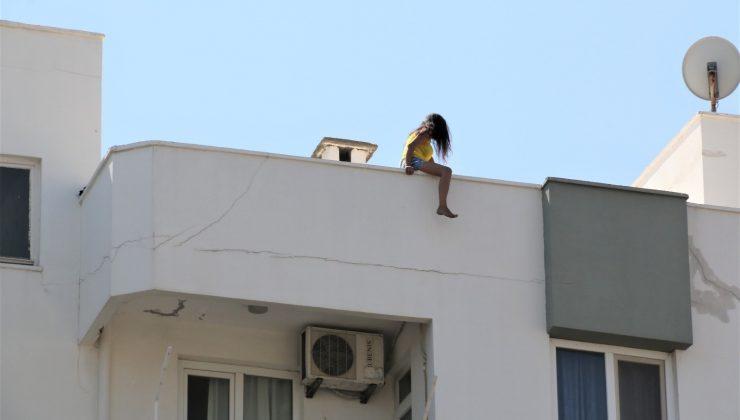 Sevgilisinden ayrılan genç kız çatıya çıktı, vatandaşlar film izler gibi izleyip kayıt aldı