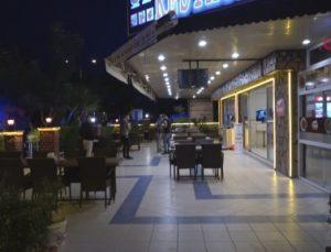 Sokak ortasında dehşet anları… Sigortasının yatırılmadığını iddia eden garson, restoranın ustabaşını bıçakla rehin aldı