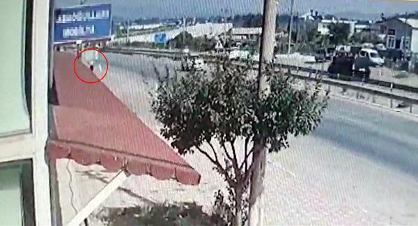 Tabelanın direğine çarpan motosikletin sürücüsü öldü; kaza kamerada