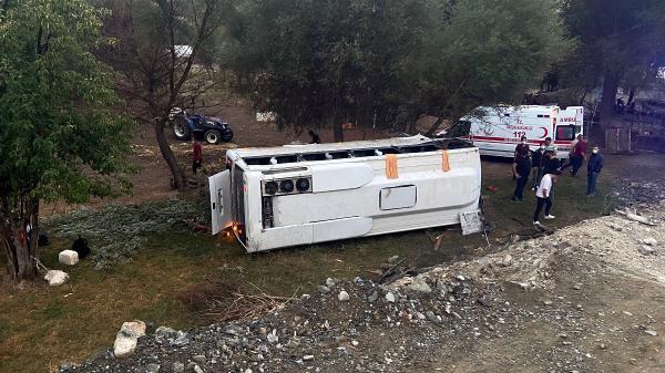Tur midibüsü şarampole yuvarlandı: 1 ölü, 8 yaralı