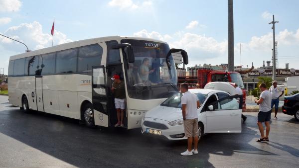 Tur otobüsüyle iki otomobil çarpıştı