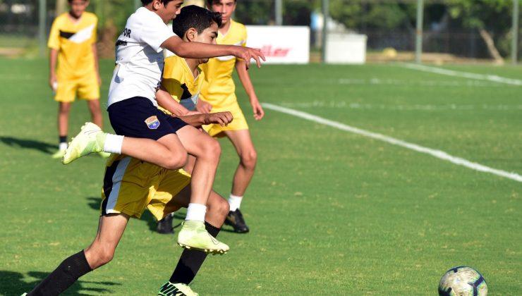 U14 Futbol Turnuvası'nda Zafer Kupası Özer Spor'un