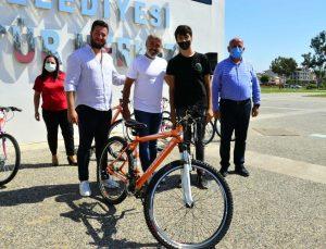 Yangınzede çocuklara bisiklet dağıtıldı