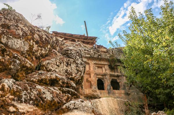 2 bin 500 yıllık mezarı define uğruna patlattılar