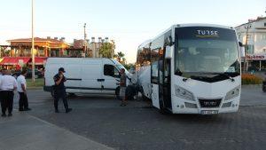 Tur midibüsü ile minibüs kazası kamerada