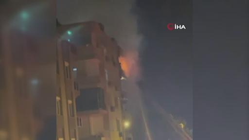 5 katlı binanın son katındaki yangın mahalleliyi sokağa döktü