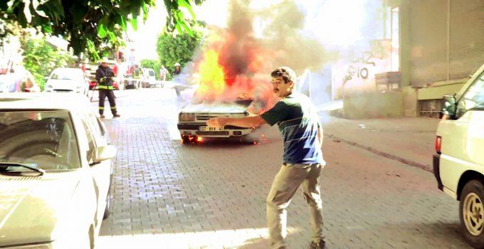 Alev topuna dönen otomobilin freni boşalınca panik yaşandı