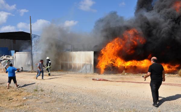 Antalya'da geri dönüşüm deposunda yangın