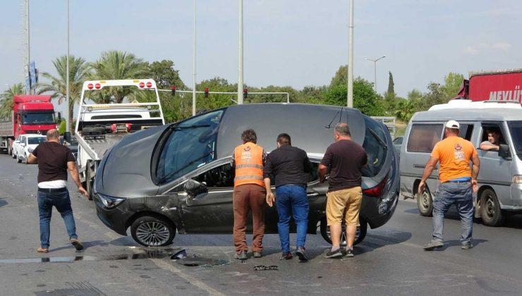 Antalya'da otomobil tıra çarptı