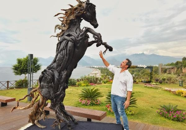 At heykeline Antalya manzarasında klip