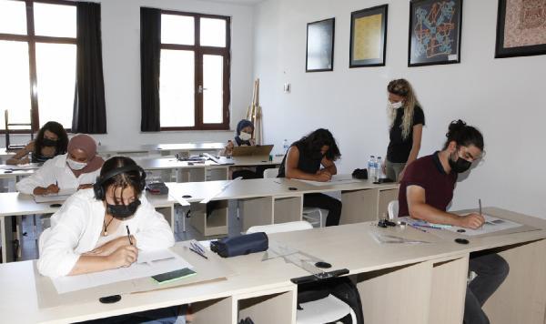 AÜ'de uygulamalı eğitimler üst düzey önlemlerle işleniyor