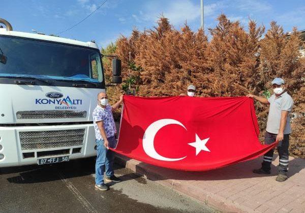 Çöpten çıkardığı Türk Bayrağı'nı evinin balkonuna astı