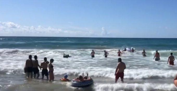 Denizde boğulma tehlikesi atlatan adamın yardımına büfe çalışanı ve iki sörfçü yetişti