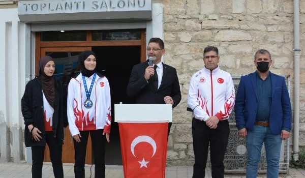 Dünya ikincisi Sena Nur'a memleketinde coşkulu karşılama