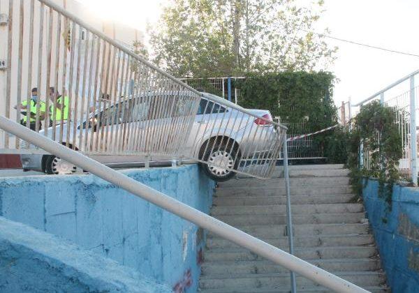 El freni çekilmeyen otomobil, 4 öğrenciye çarptı