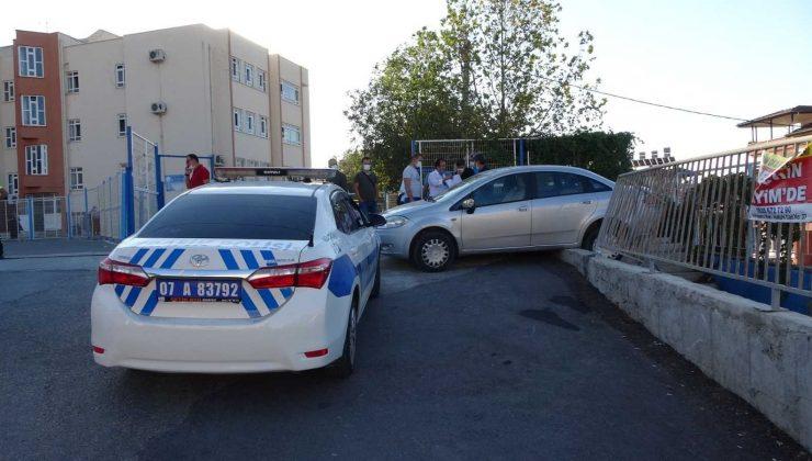 El frenini çekmeyi unuttu, otomobil öğrencilere çarptı: 4 yaralı