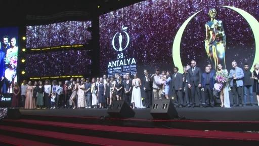"""En iyi erkek oyuncu Tarhan Karagöz: """"Ödül aldığım için çok gurur duydum"""""""