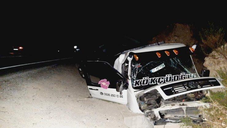 Freni boşalan otomobil yüklü çekici şarampole yuvarlandı: 2 yaralı