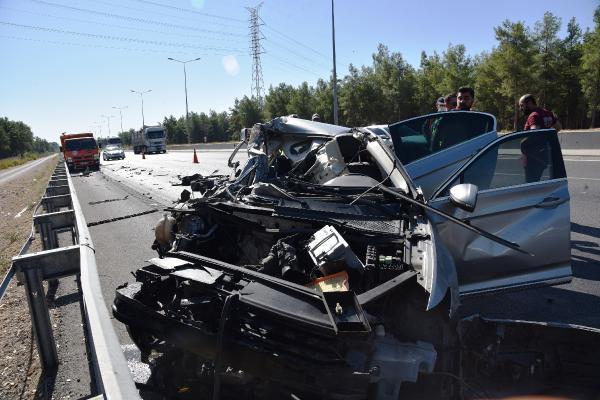 Kamyona çarpan otomobil hurdaya döndü, sürücünün burnu bile kanamadı