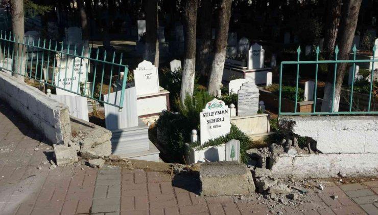 Kaza yapan otomobil mezarlık duvarını yıktı