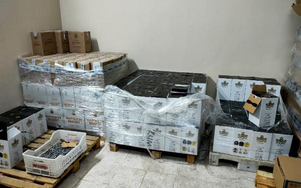 Kemer'de iki otele kaçak içki baskını