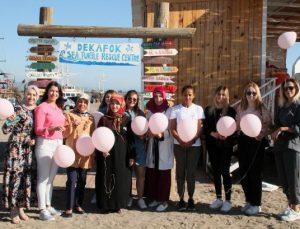 Manavgatlı kadınlar sahilde pembe balon dağıttı